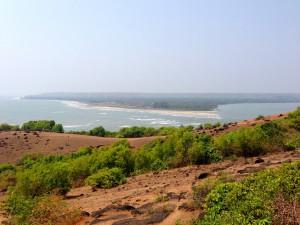 Вид на пляж Морджим с форта Чапора.