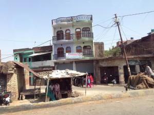 Улицы города Канпур из окон автомобиля.