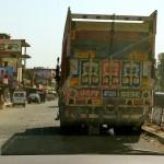 Проезжаем по Канпуру. Веселый грузовик.