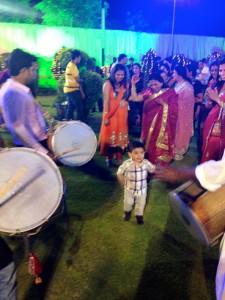 Малыш танцует под пенджабские ритмы барабанщиков
