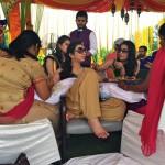 Вокруг невесты собрались друзья и родственники.