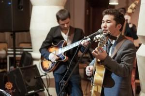 2 апреля Сергей Чашкин (гитара) и Данияр Баяманов (вокал, гитара)_новый размер